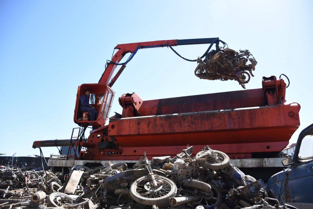 Compactación de autos y motos acopiados en el depósito municipal
