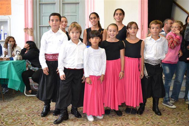 Taller de Folklore de Niños de la Escuela de Actividades Culturales a cargo de los profesores María del Carmen Burgos  y  Damián Granados.