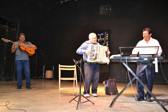 Roberto Ricci y su acordeón, acompañado por Manuel Ojeda y guitarra y Emiliano Chamorro en teclado.