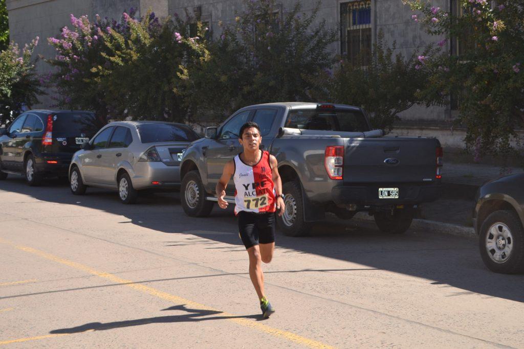 """5/3/17- Jonathan García fue inalcanzable y se quedó con la 10º Maratón """"132 Aniversario de Rawson"""". El joven juninense, de 19 años de edad, recorrió los 8 kilómetros -aún no fue informado su tiempo por los organizadores- con un ritmo sostenido durante la competencia. Noticia en desarrollo."""