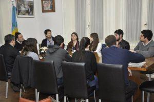 Aiola con representantes de las Casas de Estudiantes