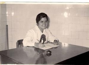Alumna Olga Etchanchú, con guardapolvo y moño reglamentario, año 1961.