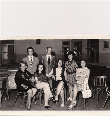 Personal Docente 1973. de Izquierda a derecha de pie: Edgardo Alonso, Darío Rodolfo Bigotti y Stella Maris Aldinio. Sentados: Luisa Acuña de Ibarra, Haydée Pougy, Elba López y Elba Ortigoza.