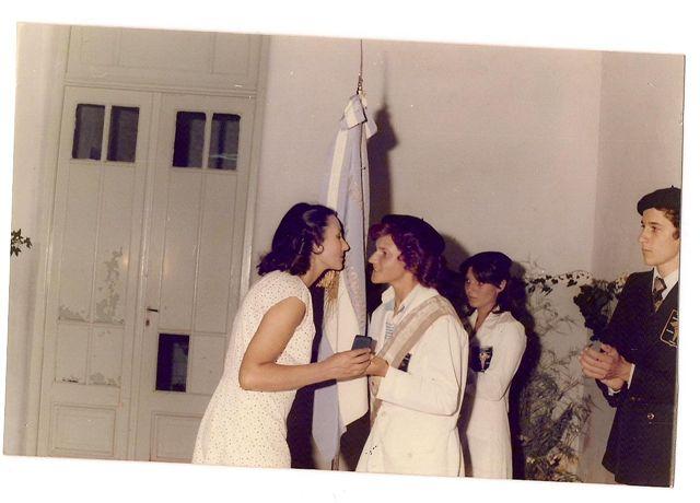 Directora Elba Ortigoza  entrega de medalla a la abanderada María Fernanda Zanlungo.