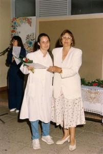 Paula Etchart recibiendo el diploma de egresada por la Directora Prof. Elba Ortigoza de Soubelet.