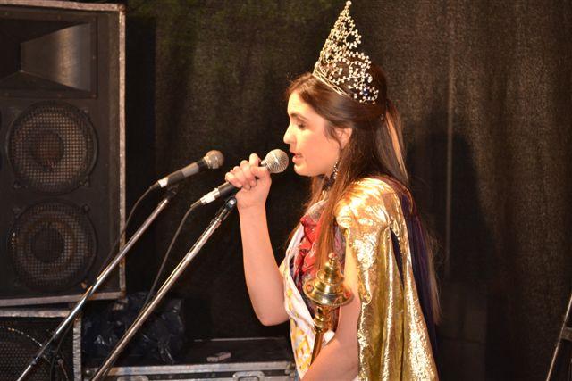 La  XXIX Reina Provincial de la Primavera Abigail Sánchez dirigiéndose a los presentes.