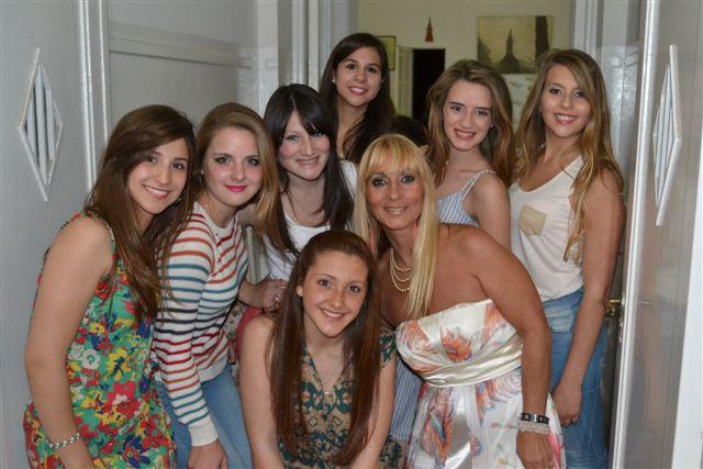 Las chicas que desfilaron junto a la conductora de la fiesta.
