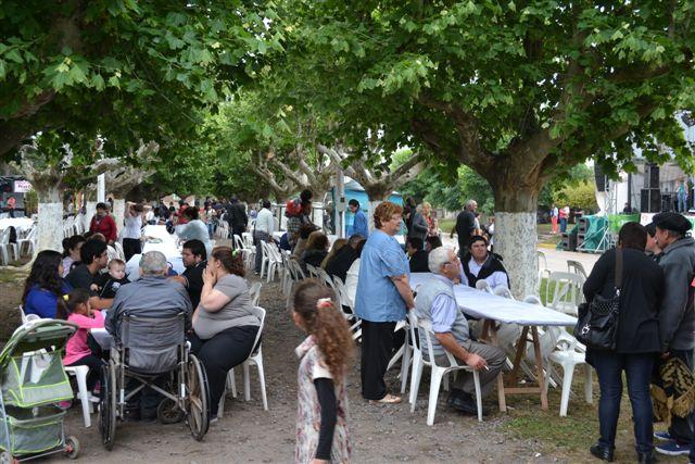 La gente ocupando sus lugares para el almuerzo al aire libre.