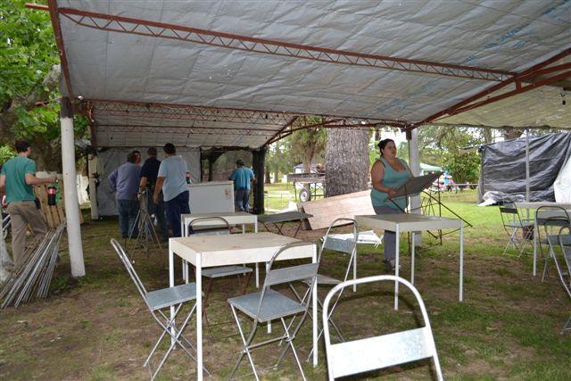 Bomberos Voluntarios preparando su cantina.