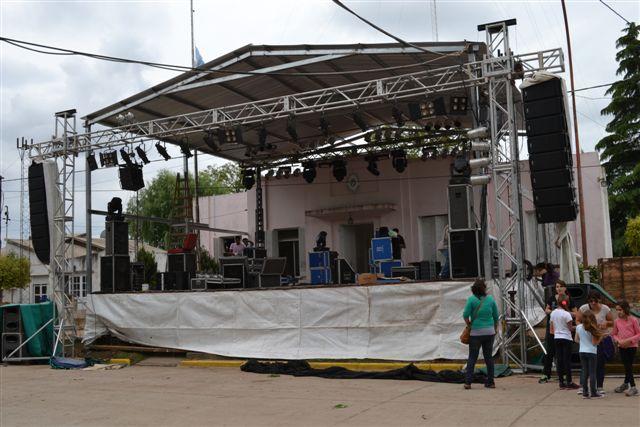 Imagen del escenario, últimos trabajos de decorado y sonido.