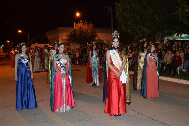 Abigail Sánchez, reina de la XXIX Fiesta de Rawson junto a sus Princesas y Reinas invitadas.
