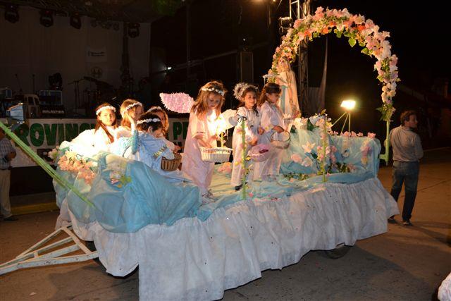 Carroza que abrió el desfile, perteneciente a la Iglesia Inmaculada Concepción de Rawson.