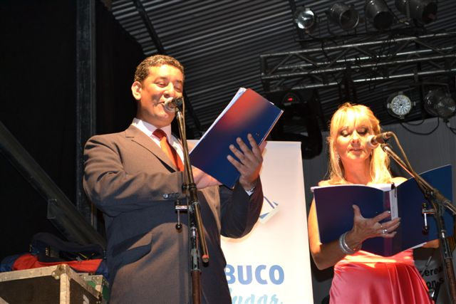 Gustavo Lezaun y Mónica del Castillo de Etchanchú, los locutores oficiales de la fiesta de Rawson.