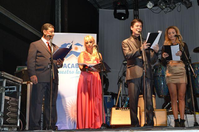 Marcelo Iribarne y Andrea Ghidone -3º y 4º desde la izquierda- junto a los conductores de la fiesta Gustavo Lezaun y Mónica del Castillo.