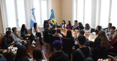 Aiola con alumnos de quinto año del Colegio Nacional