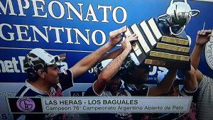 El trofeo fue entregado por el presidente de la FAP, Gustavo Lezaun.