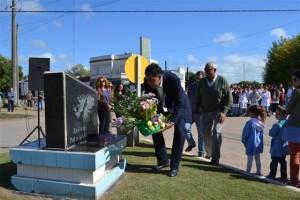 Pedro Correa colocando una ofrenda floral en el monumento en memoria a los Caídos en Malvinas.
