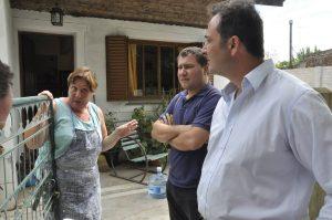 Aiola dialogando con vecinos de Castilla.