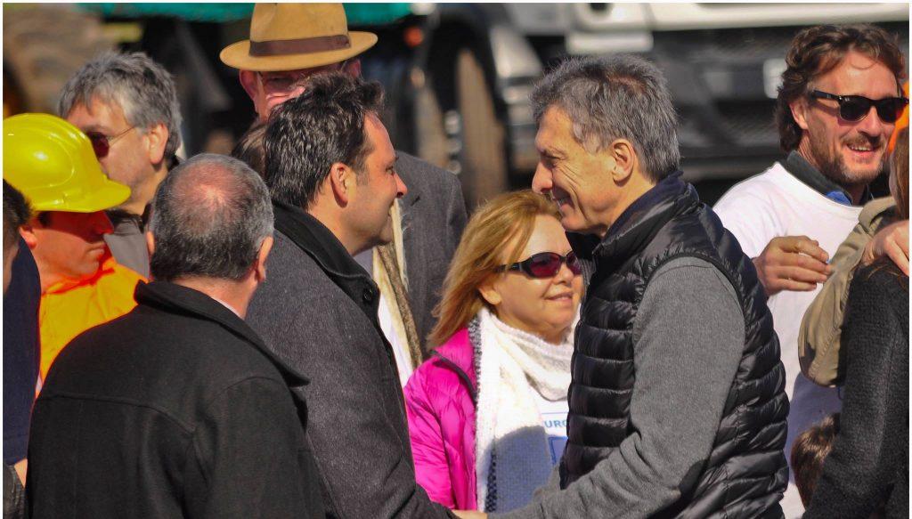 Otros tiempos. Aiola y Macri. La imagen pertenece al 3 de agosto de 2016, cuando Macri y Vidal recorrieron el inicio de la obra de la Autovía 7, entre Chacabuco y Junín.