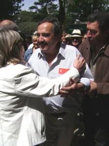La dirigente de Rawson Teresita Stewart saludándose con Ricardo Alfonsín.