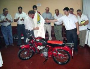 Juan Zuccotti y otro socio del CADACH descubriendo la moto Alpino 75 de 1955.