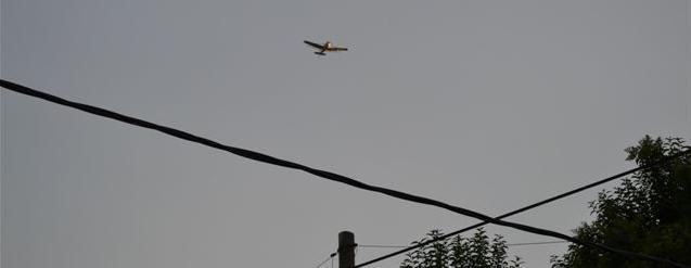 21.2.14- Siendo las 19.15 horas de hoy, un avión dedicado a tareas de fumigación, cruzó el cielo de Rawson en dirección suroeste-noreste a unos 100 metros de altura. La legislación vigente dice que todo avión fumigador debe pasar a 1.500 metros de una ciudad y a 500 metros de altura para sobrevolarla.