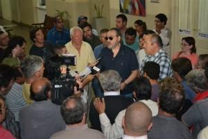 Representantes de ATE y del Sindicato de Trabajadores Municipales informando a la prensa el aumento conseguido hoy.