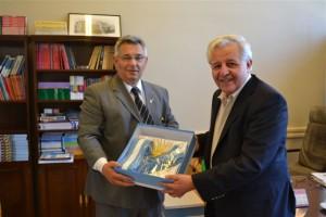 Felipe Salvatierra entrega a Barrientos diez banderas de ceremonia.