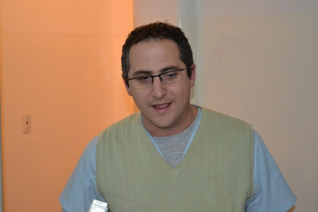 El Dr. Mariano Frassa habla tras recibir el desfibrilado.