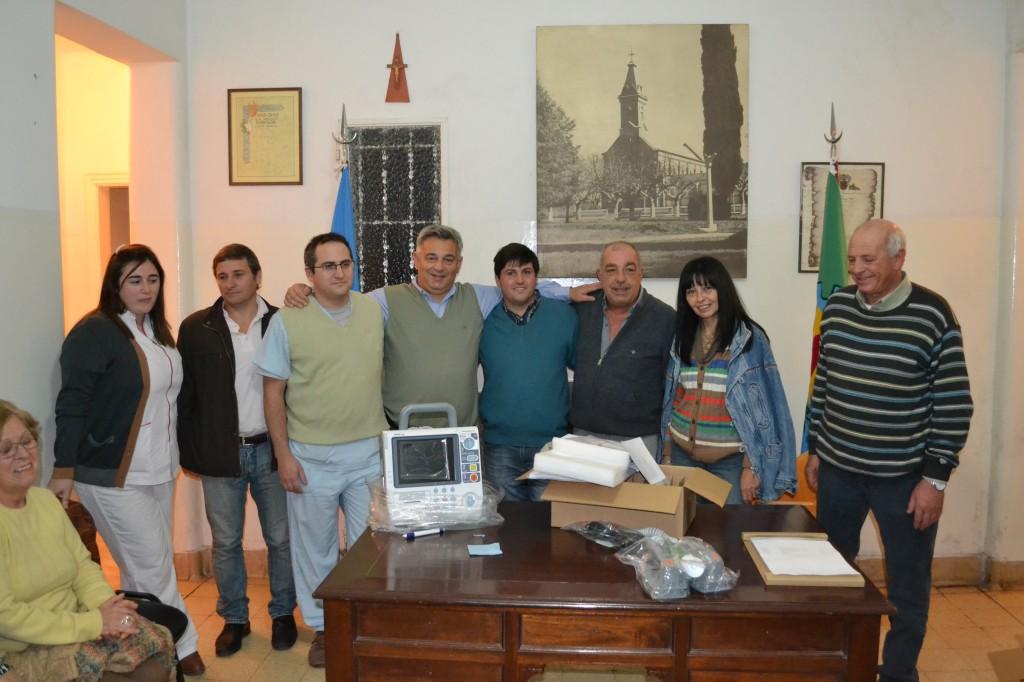 Miembros de la Cooperadora del Hospital Local con las autoridades.