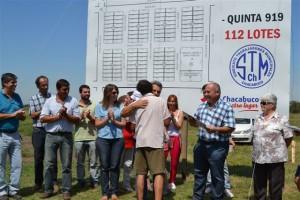 Barrientos en la entrega de actas de posesión de terrenos a empleados municipales en Chacabuco.