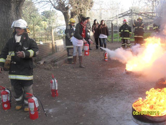 Otra docente en la extinción del fuego.
