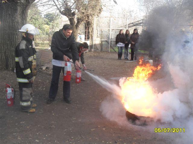 Un docente participa en la extinción del fuego.