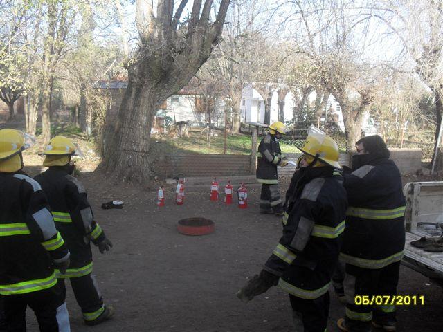 Bomberos Voluntarios comienzan a preparar los materiales para la jornada de capacitación.