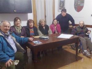 Autoridades del Hogar M. Gil junto a representantes del Círculo de Periodistas de Chacabuco.