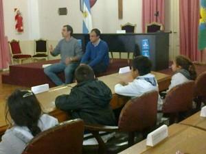 Cámera y Di Piero con alumnos de la Escuela Nº 22.
