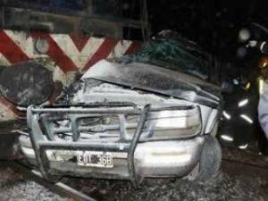 Tres personas de Pergamino murieron al ser arrollada la camioneta en que transitaban en paso a nivel de Carlos Casares. Foto gentileza: casareshoy.com.ar