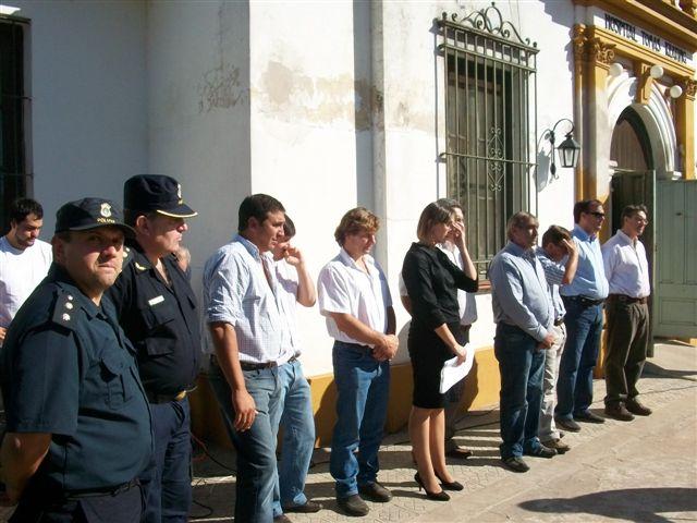 Las autoridades presentes frente al Hospital de Castilla en el acto de reinauguración de dos salas de internación, una de espera y guardia.