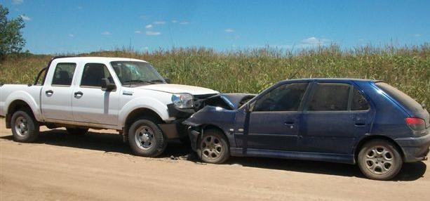 Estado en que quedaron el móvil de la Policía de Castilla y el Peugeot 306.