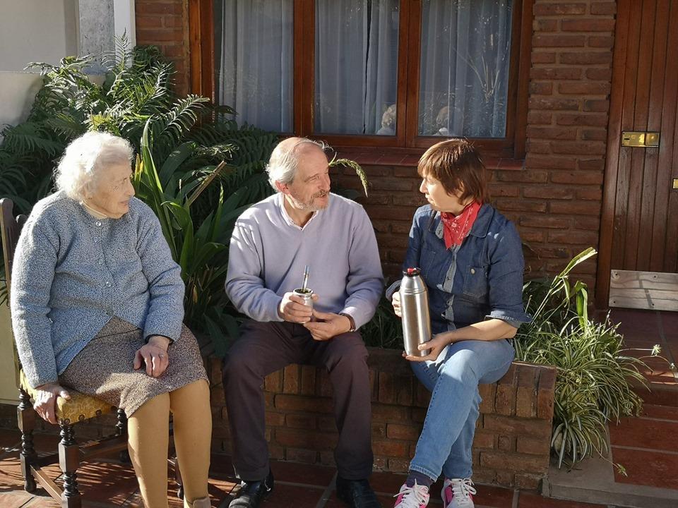 Ricardo Ciminelli con vecinas de Chacabuco