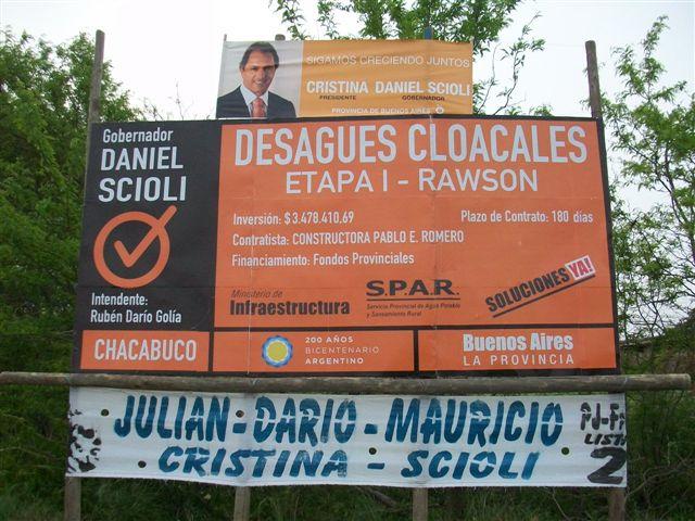 Otra imagen del cartel colocado en el acceso a Rawson anunciando la obra de cloacas.