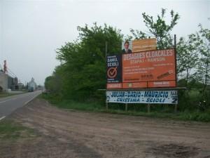 En mayo de 2010 se colocaba el cartel anunciando la obra de cloacas en Rawson. Hoy ya no está.