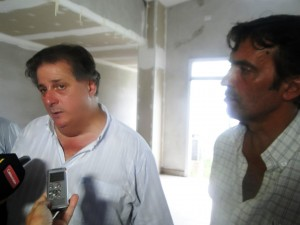 El ministro Collia junto al intendente Marcelo Skansi.