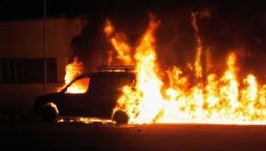 Un grupo de jóvenes incendió la seccional 21ra. arrojando neumáticos en llamas.
