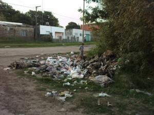 La imagen muestra la basura acumulada en Castelli y Viamonte de la ciudad de Chacabuco.
