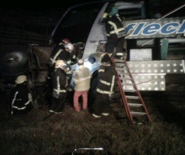 Chocan un micro y un camión en San Pedro: un muerto y 42 heridos, cuatro de gravedad.