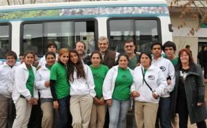 El ministro de agricultura visitó una escuela rural en Germania, entregó una minibús para el establecimiento y se reunió con productores de la región.