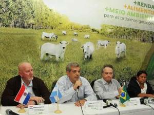 De izquierda a derecha, Armin Hamman, Vice Ministro de Agricultura de Paraguay; Julián Domínguez;Wagner Rossi, Ministro Agricultura de Brasil; Nemesia Achacollo, Ministra de Agricultura de Bolivia.