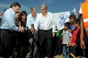 De izquierda a derecha, el gobernador José Luis Gioja y el ministro Julián Domínguez junto a productores en la provincia de San Juan.