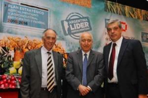 De izquierda a derecha: Isidoro Felcman, Bernardo Kliksberg y Julían Domínguez.